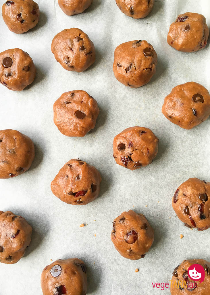 Chocolate and cranberry cookies
